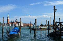 Gondoles vénitiennes La cathédrale de San Giorgio Maggiore images stock