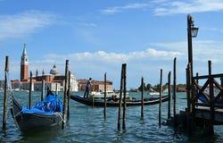 Gondoles vénitiennes La cathédrale de San Giorgio Maggiore photos stock