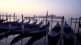 Gondoles ? Venise dans moning Sur San Giorgio Maggiore de fond l'?le est ?vidente banque de vidéos