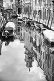 Gondoles vides amarrées dans la guerre biologique de canal de l'eau Photo libre de droits