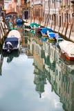 Gondoles vides amarrées dans le canal de l'eau Photo stock