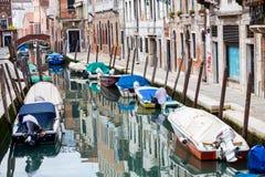 Gondoles vides amarrées le long du canal de l'eau Photo stock