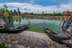 Gondolfartyg med den gula bron Det berömda stället i Thailand Royaltyfria Bilder