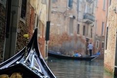 Gondoli żeglowanie przez Małego kanału w Wenecja Fotografia Stock