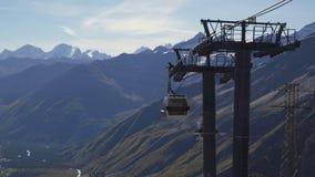 Gondoli narciarski dźwignięcie bierze ludzi Elbrus zbiory wideo