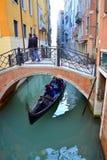 Gondoli przejażdżki Wenecja kanał Fotografia Stock