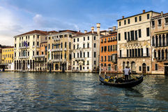 Gondoli sunięcie Wzdłuż Grande kanału, Wenecja Włochy Zdjęcie Royalty Free