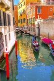 Gondoli Touirists kanału Kolorowy Mały Boczny most Wenecja Włochy Fotografia Stock