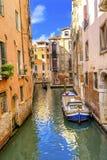 Gondoli Touirists kanału Kolorowy Mały Boczny most Wenecja Włochy Zdjęcie Royalty Free