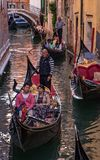Gondoli traffice dżem w Wenecja Fotografia Royalty Free