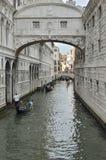 Gondoli wodniactwo mostem westchnienia Obrazy Royalty Free