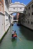 Gondoli wycieczka turysyczna w Wenecja Włochy Obrazy Stock