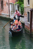 Gondoli wycieczka turysyczna w Wenecja Włochy Zdjęcie Royalty Free