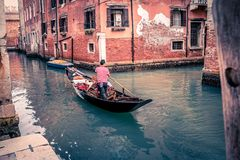 Gondolier à Venise au début de la matinée image stock