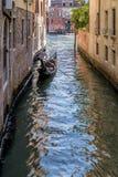Gondolier δίνει μια ώθηση με το πόδι, Βενετία, Ιταλία στοκ εικόνες