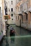 Gondolier οδηγά τη γόνδολα σε ένα στενό κανάλι, Βενετία, Ιταλία Στοκ Φωτογραφία