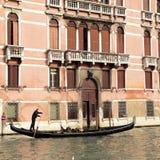 Gondolier οδηγά τη γόνδολα στο μεγάλο κανάλι, Βενετία Στοκ Φωτογραφίες