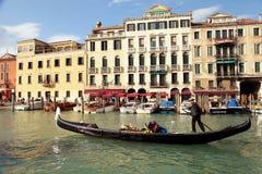 Gondolier οδηγά τη γόνδολα στο μεγάλο κανάλι, Βενετία Στοκ φωτογραφία με δικαίωμα ελεύθερης χρήσης