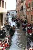 Gondolier της Βενετίας που επιπλέει σε ένα παραδοσιακό ενετικό κανάλι Στοκ φωτογραφία με δικαίωμα ελεύθερης χρήσης