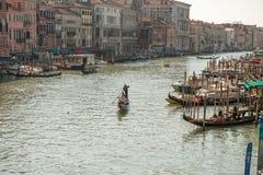 Gondolier на грандиозном канале в Венеции Стоковые Изображения RF