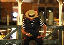 Gondolier au repos à Venise, Italie Photographie stock libre de droits