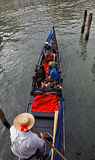 Gondolier com turistas Foto de Stock