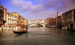 Gondolier dans Grand Canal Image libre de droits