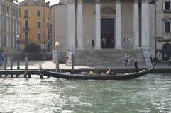Gondolier Driving His Gondola Grand Canal à Venise Voyage, vacances, architecture 28 mars 2015 Région de Venise, Vénétie, images libres de droits