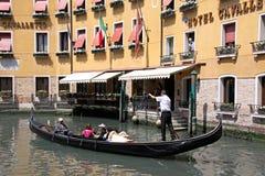 Gondolier et touristes dans une gondole Photographie stock