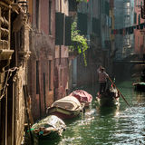 Gondolier Floating dans un canal à Venise photos libres de droits