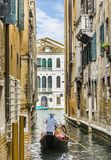 Gondolier Floating sur une gondole photos libres de droits