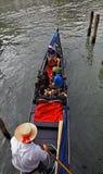 Gondolier med turister Arkivfoto