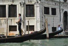 Gondolier no canal grande em Veneza, Italy fotografia de stock royalty free