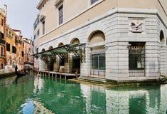 Gondolier perto do teatro de Fenice do La imagem de stock royalty free
