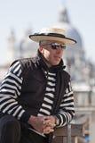 Gondolier pozuje w świetle słonecznym w Wenecja Zdjęcia Royalty Free