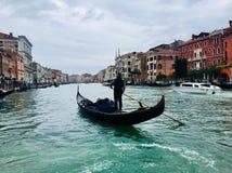 Gondolier sur le canal, Venise, Italie Images libres de droits