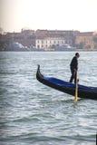Gondolier sur son bateau à Venise images stock