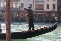 Gondolier sur un canal à Venise, Italie Photos stock