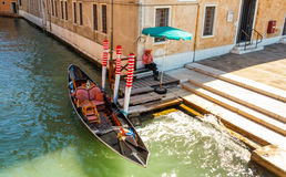 Gondoliera czekanie dla turystów przy kanałem Obraz Royalty Free