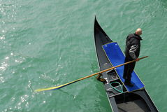 Gondoliere auf venetianischem Kanal Lizenzfreies Stockfoto