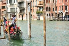 Gondoliere con la barca a Venezia, Italia fotografia stock