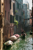 Gondoliere Floating in einem Kanal in Venedig Lizenzfreies Stockfoto