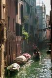 Gondoliere Floating in un canale a Venezia Fotografia Stock Libera da Diritti