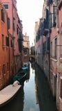 Gondoliere nei piccoli canali di Venezia, Italia Immagine Stock