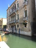 Gondoliere nel canale - Venetian style Royalty Free Stock Photography