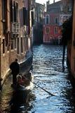 Gondoliere nel canale a Venezia fotografia stock