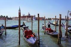 Gondoliere reitet Gondel auf Canal Grande, Venedig Stockbilder