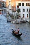 Gondoliere vénitien avec le touriste Images libres de droits