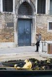 Gondoliere veneciano solitario Fotografía de archivo libre de regalías