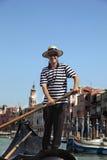 Gondoliere in Venedig stockfotos